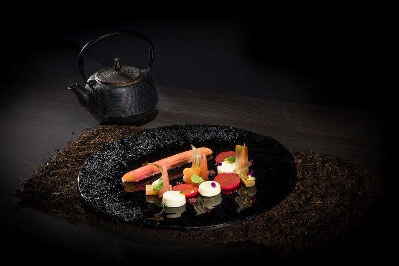 InterContinental-Marseille-Hotel-Alcyone-Rhubarbe-cuite-en-croute-de-sucre-panacotta-a-la-fleur-de-sureau